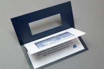 Разворот открытки из текстурной (дизайнерской) бумаги с конгревным тиснением и вкладышем с полноцветной печатью