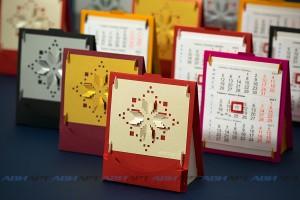 Настольный квартальный календарь-домик с визитницей и копилкой