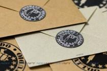 Фиксатор клапана на конверте из дизайнерской бумаги и крафта. Плоттерная резка, биговка и рисование, цифровая печать.